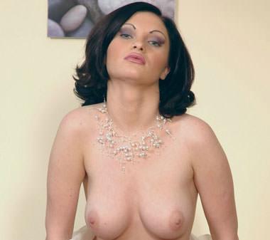 Linda salope cougar au tel seins nus